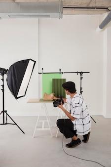 Homme dans son studio de photographie professionnel