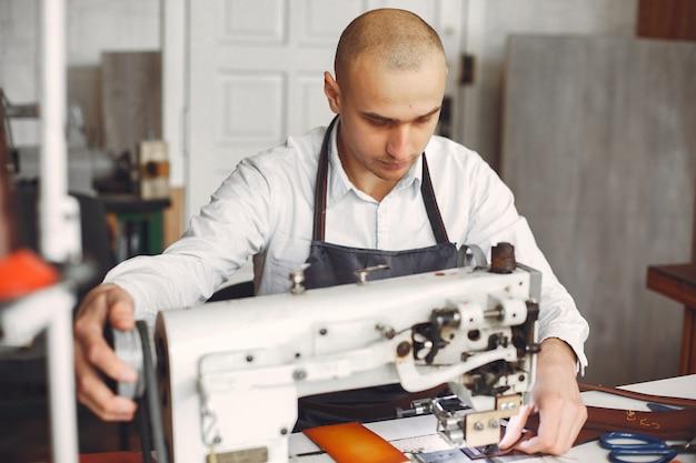 L'homme dans un studio crée des articles en cuir