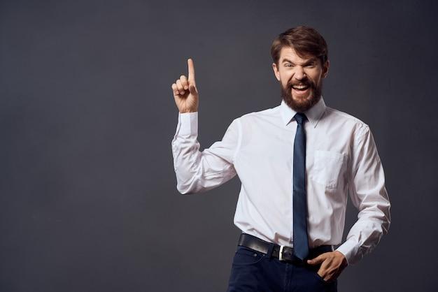 L'homme dans un studio de gestes de main d'émotions de costume