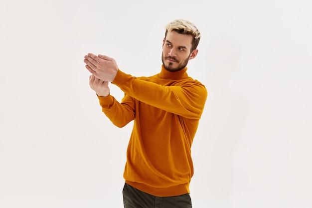 Homme dans un style moderne de style de vie de vêtements à la mode