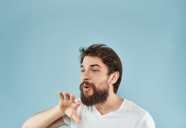 Homme dans un style de vie de gestes de main de tshirt blanc