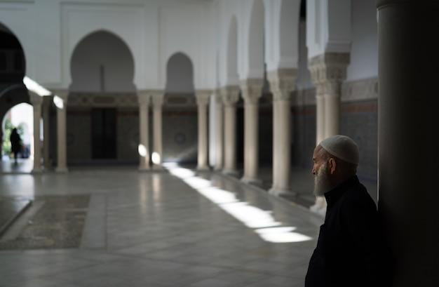 Homme Dans Un Temple Photo gratuit