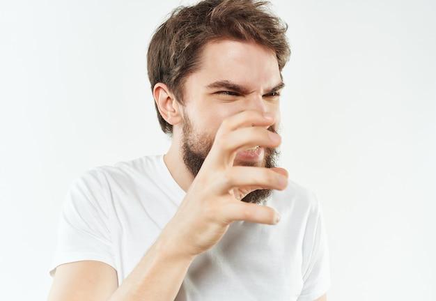 Homme dans un tshirt blanc gestes de la main gros plan de la colère