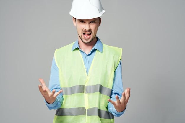 L'homme dans l'uniforme de construction constructeur de plans fond isolé