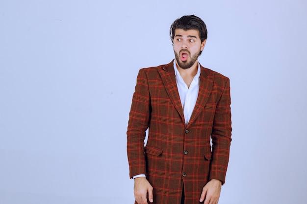 Homme dans une veste de collection automne hiver.