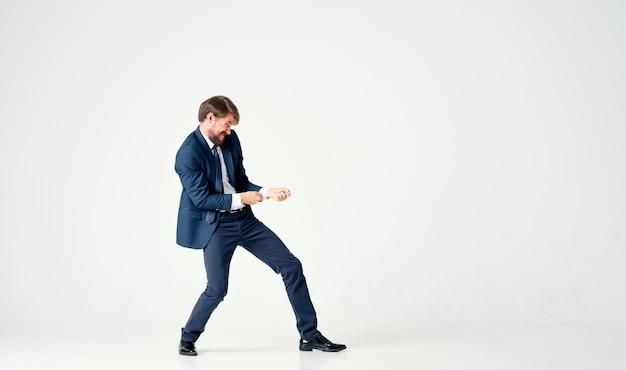 Homme dans une veste et une cravate posant un fond clair exécutif