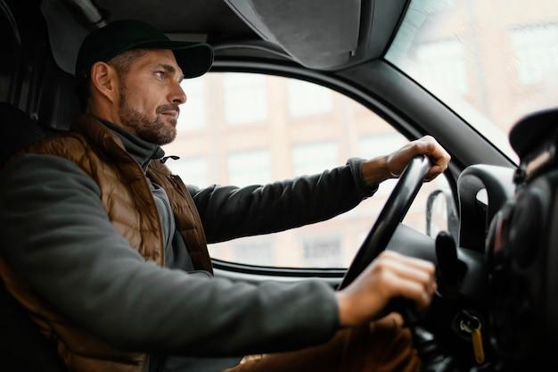 Homme dans la voiture au volant