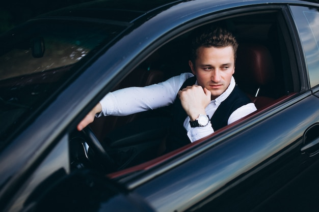 Homme dans la voiture
