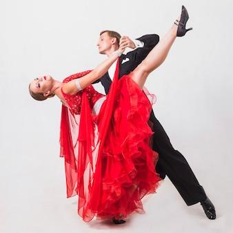 Homme dansant danse de salon avec femme