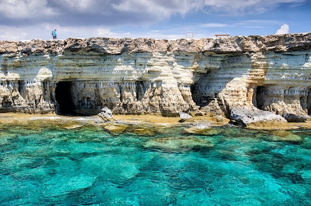 Homme debout sur le cap cavo greco à chypre