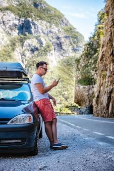Homme, debout, cassé, voiture, utilisation, intelligent, téléphone