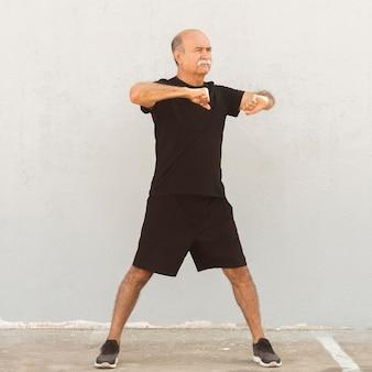 Homme debout, faire divers exercices de fitness