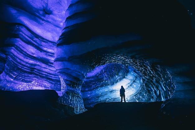 Homme debout à l'intérieur de la grotte