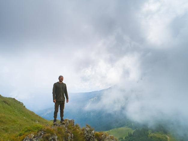 L'homme debout sur la montagne brumeuse