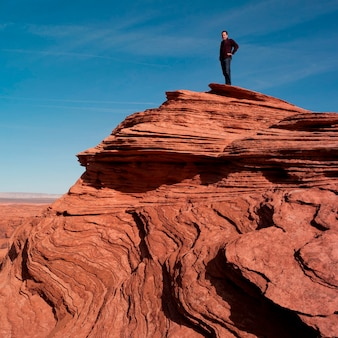 Homme, debout, sur, a, rocher, horseshoe, courbure, glen canyon, secteur récréationnel national, arizona-utah, usa