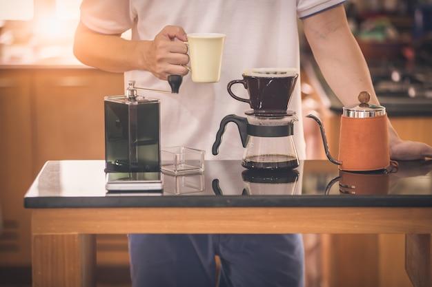 Homme en décontracté avec tasse à café et goutteur ensemble