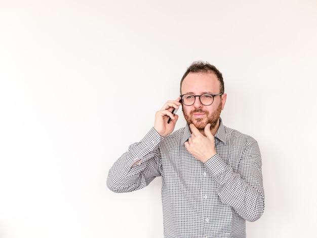 Homme déçu parlant au téléphone. homme ayant un appel téléphonique avec un smartphone