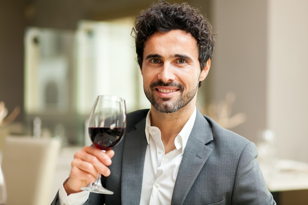 Homme dégustant du vin