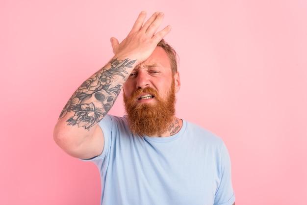 Homme délirant avec barbe et t-shirt bleu clair