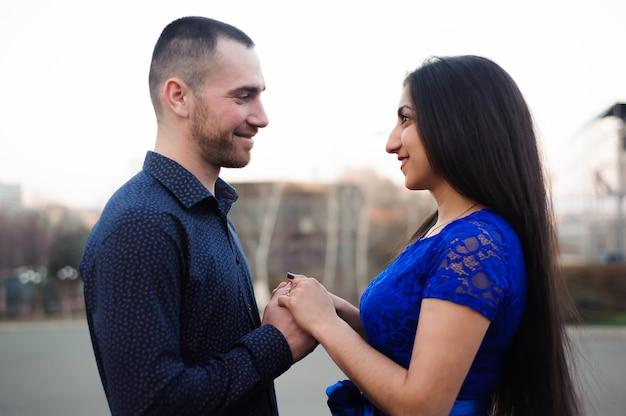 Un homme demande à sa petite amie si elle veut l'épouser