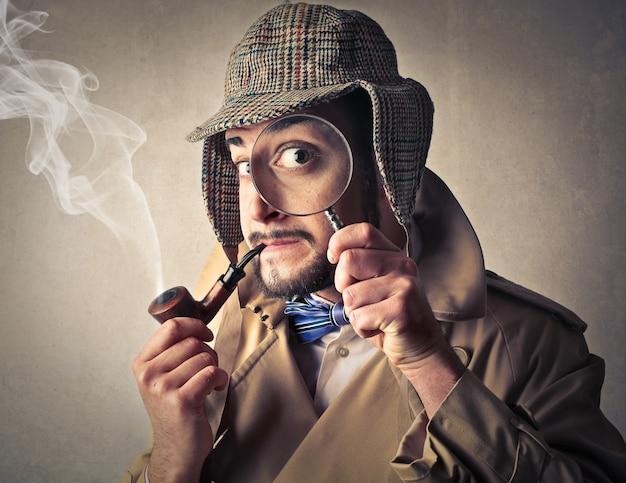 Homme démodé en train de fumer