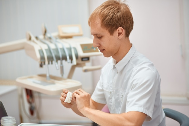 Homme dentiste se préparant à prendre le patient à la clinique