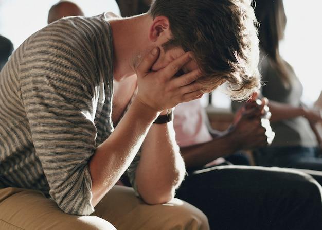Homme déprimé assis dans une séance de réadaptation