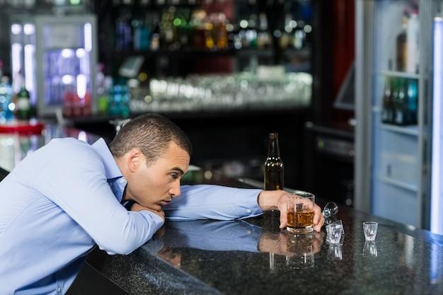 Homme déprimé ayant de l'alcool