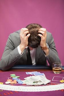 Homme déprimé jouant au poker