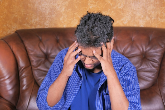 Homme déprimé se sentant malade et inquiet des problèmes financiers.