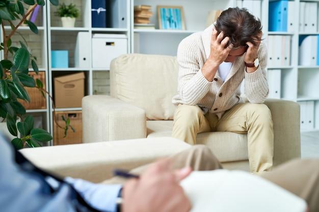 Homme déprimé à la séance de psychothérapie