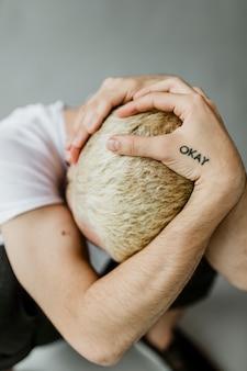 Homme déprimé avec un tatouage correct sur son bras