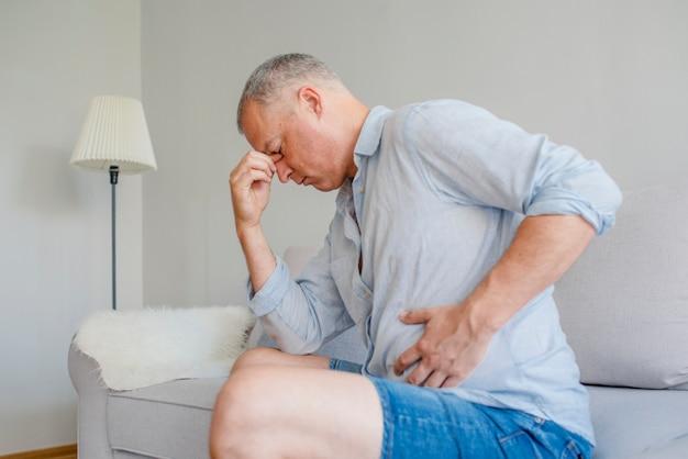 Homme dérangé ayant mal à l'estomac