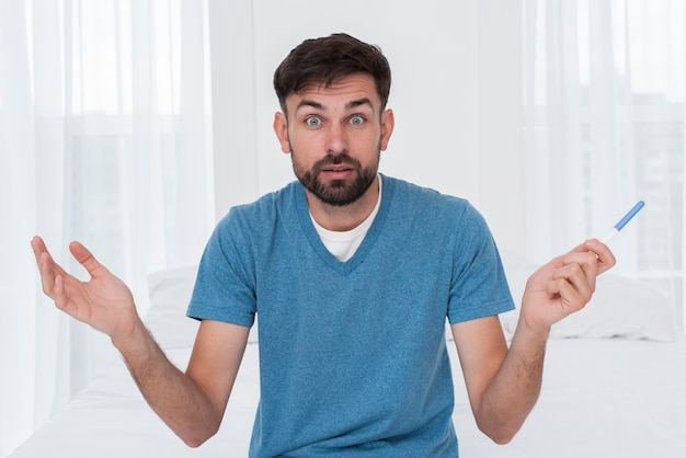 Homme dérouté par un test de grossesse