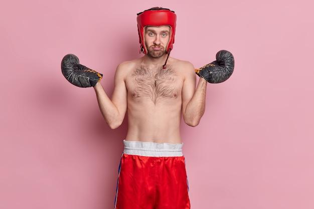 Un homme désemparé et mécontent pose avec un torse nu