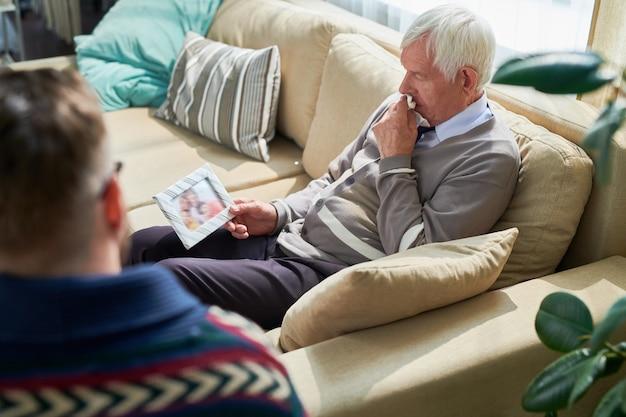 Homme désespéré partageant ses problèmes familiaux avec un psychiatre