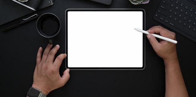 Homme, dessin, sur, écran vide, dans, sombre, bureau luxe
