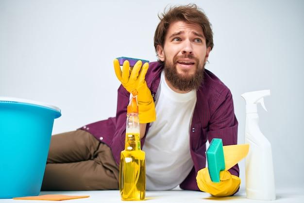 Homme avec un détergent nettoyant l'appartement prestation de services