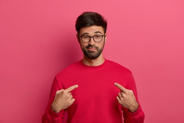 Homme déterminé et affirmé avec barbe pointe sur lui-même