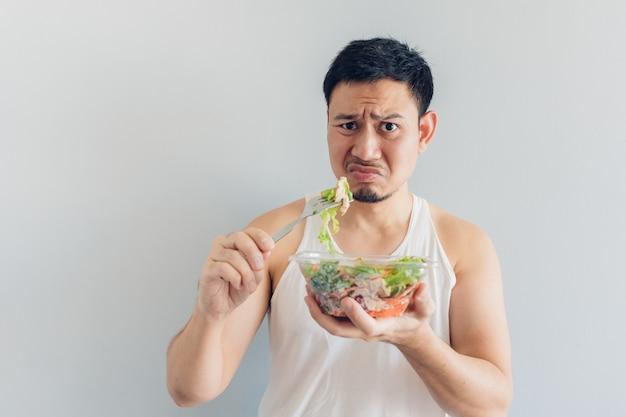 L'homme déteste les repas de salade santé.