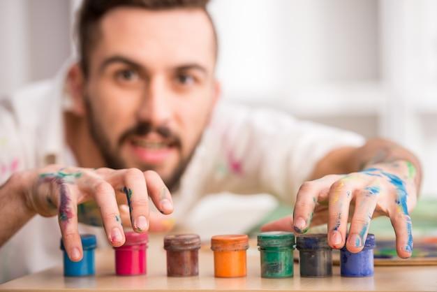 Un homme détient de la peinture.