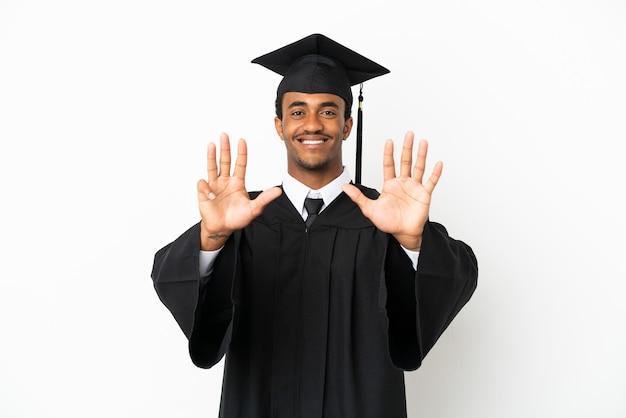 Homme diplômé de l'université afro-américaine sur fond blanc isolé comptant neuf avec les doigts