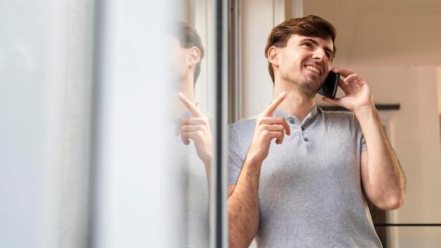Homme discutant avec un client au téléphone