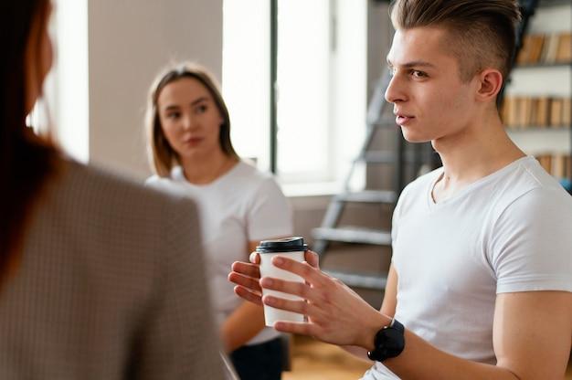 Homme discutant lors d'une réunion de thérapie