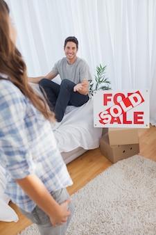 Homme discutant avec sa femme dans sa nouvelle maison