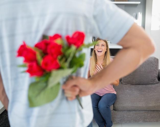 Homme, dissimulation, bouquet, roses, depuis, souriant, petite amie, divan