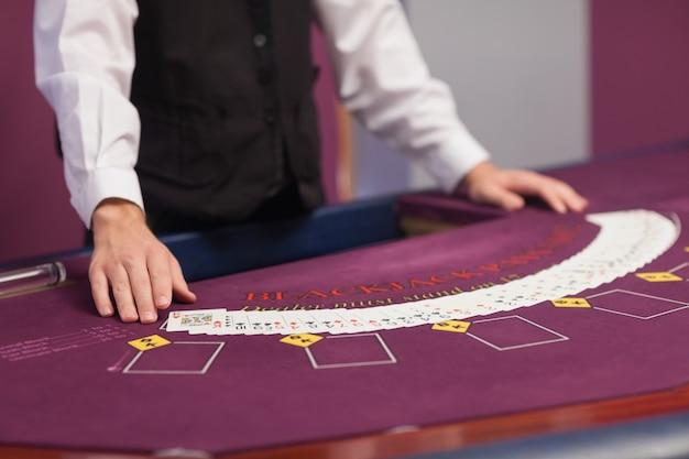 Homme distribuant des cartes dans un casino