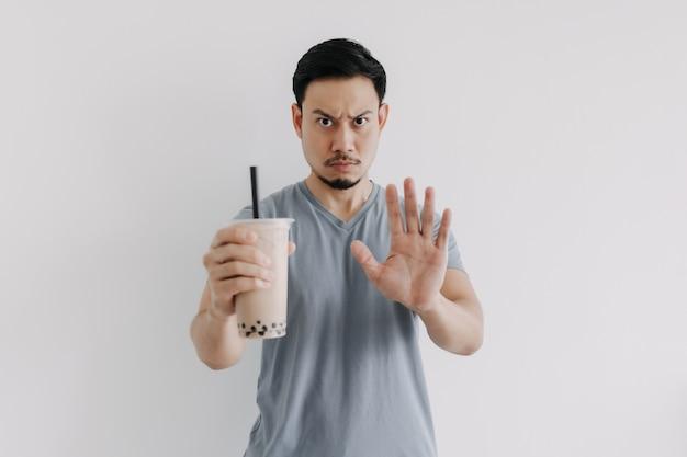 L'homme dit non au thé boba ou au thé à bulles car les calories sont trop élevées