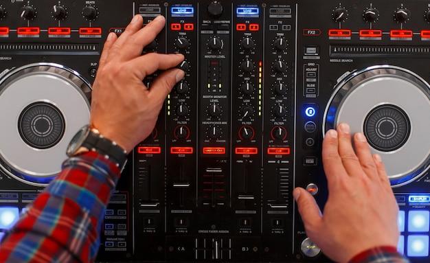 L'homme dj joue sur du matériel musical. vue de dessus