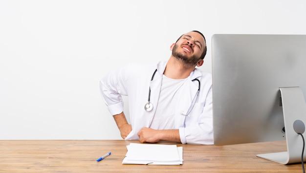 Homme docteur dans un bureau avec son pc